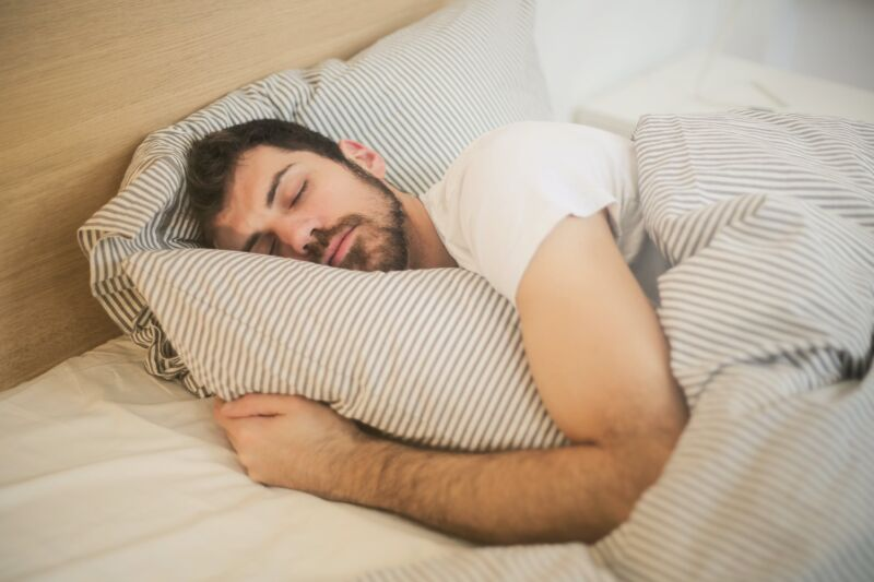 Мужчина спит в кровати