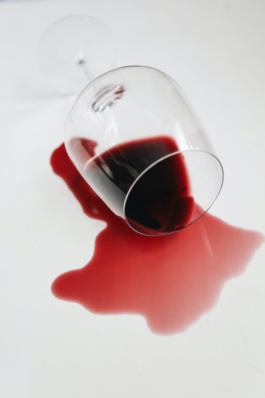 Разлитый бокал красного вина