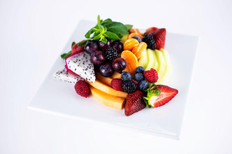 Тарелка с нарезанными фруктами