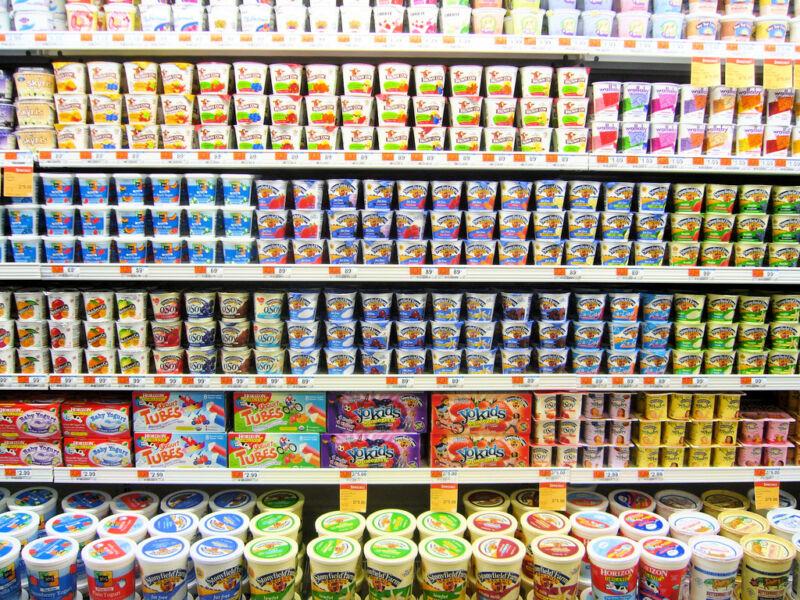 Витрина с йогуртами в магазине