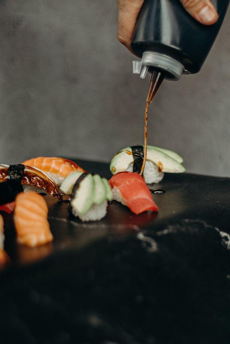Суши поливают соевым соусом