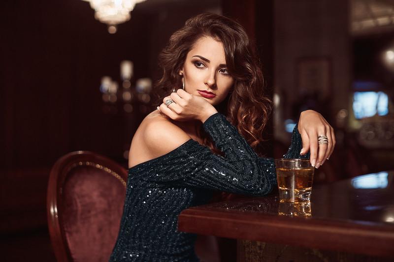 Женщина со стаканом виски