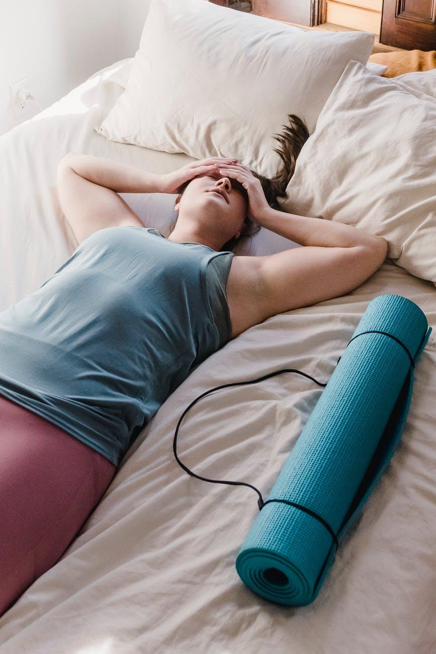 Уставшая после тренировки женщина