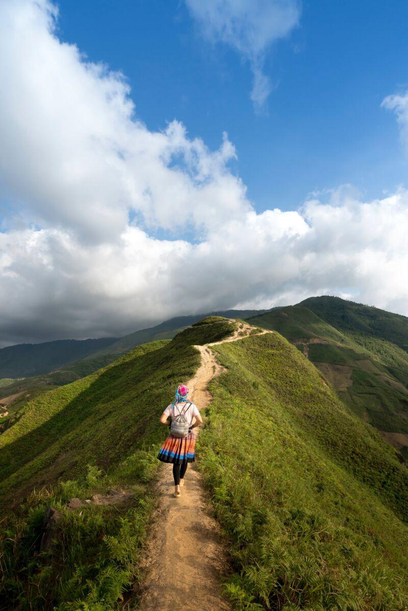 Девушка прогуливается в горах