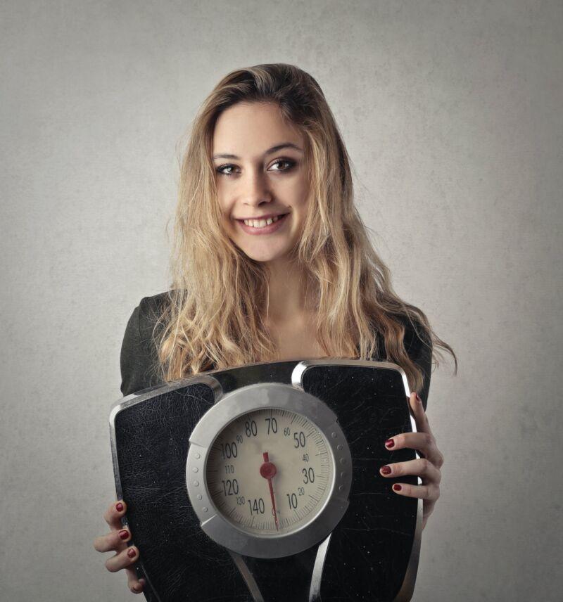 Женщина держит весы