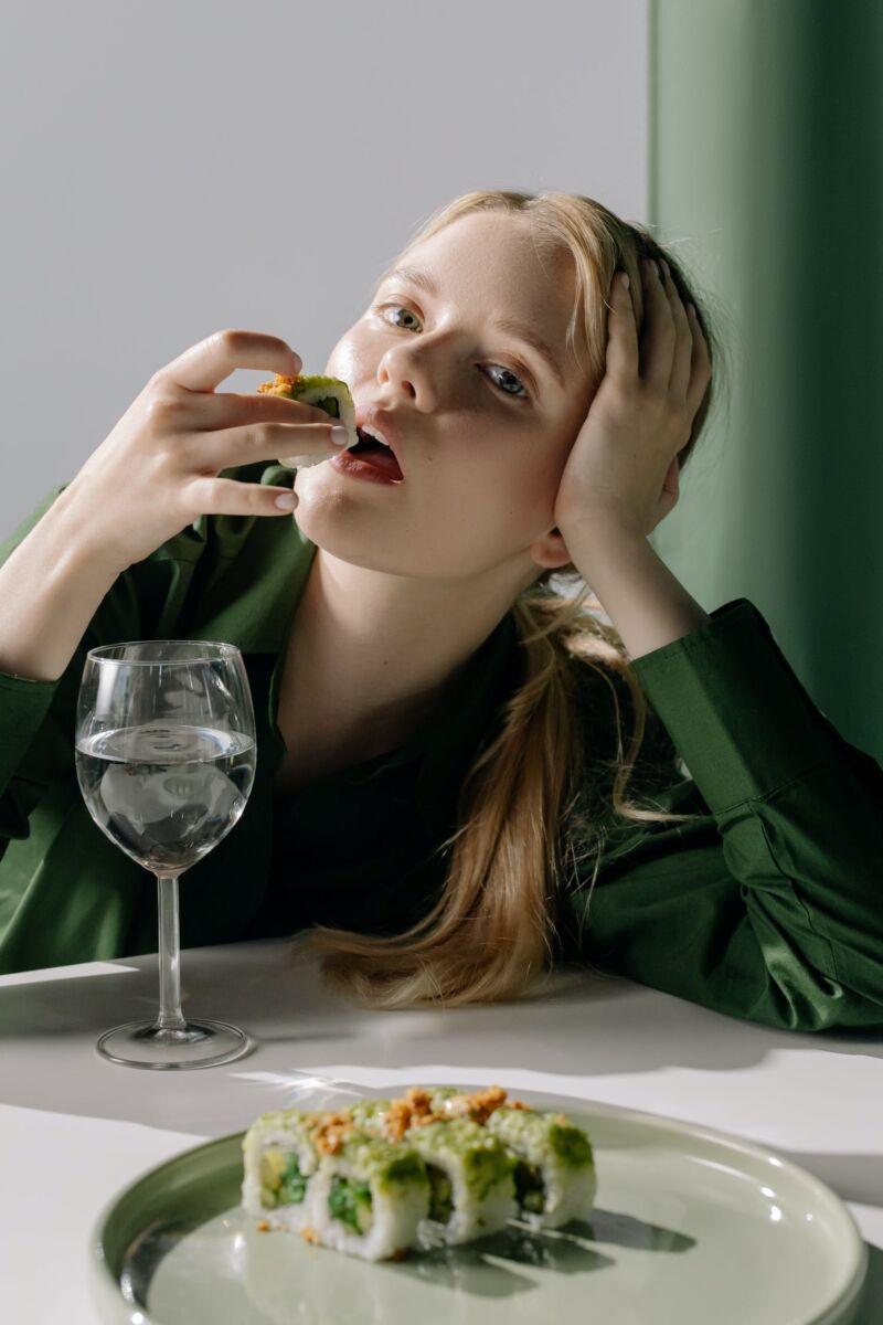 Женщина ест суши