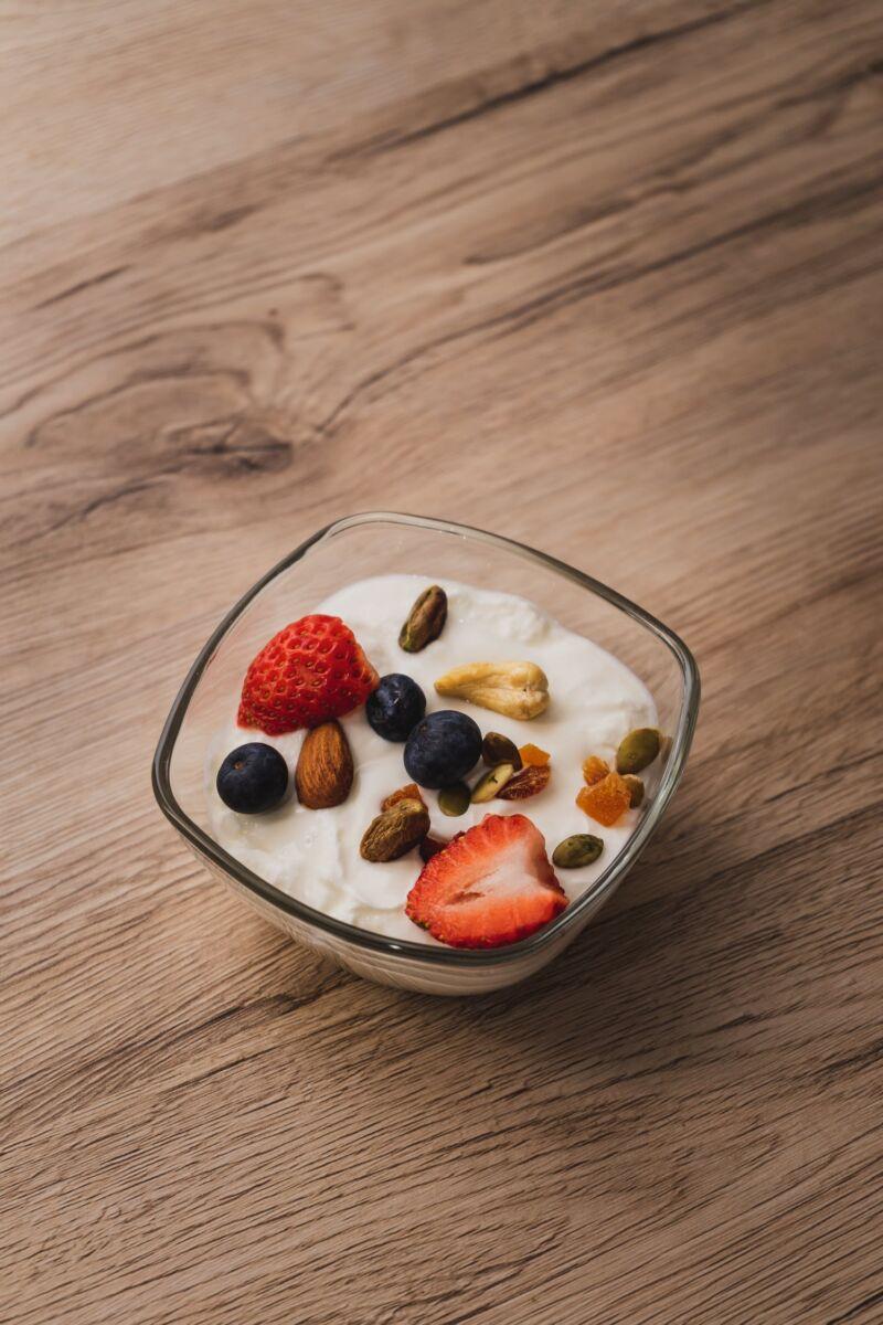 Йогурт с фруктами и орехами