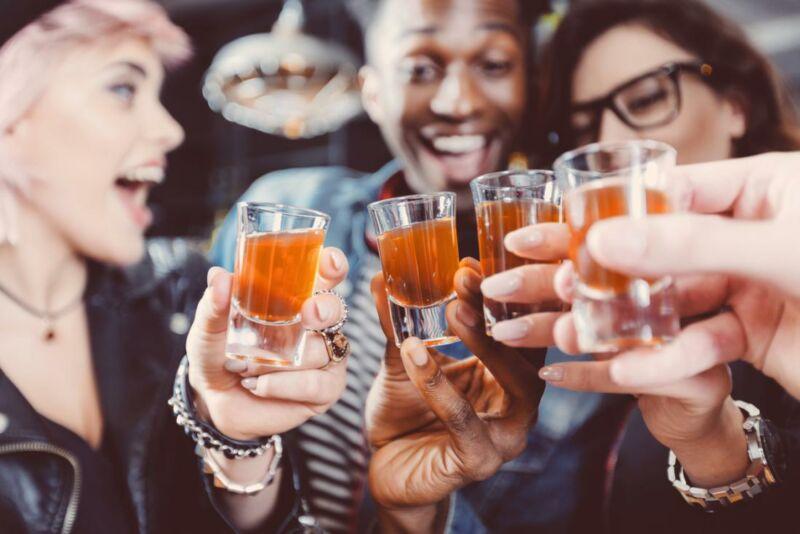 Компания пьет виски