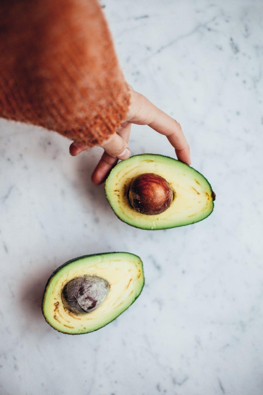 Две половинки авокадо