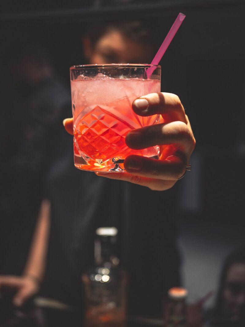Бармен приготовил алкогольный коктейль