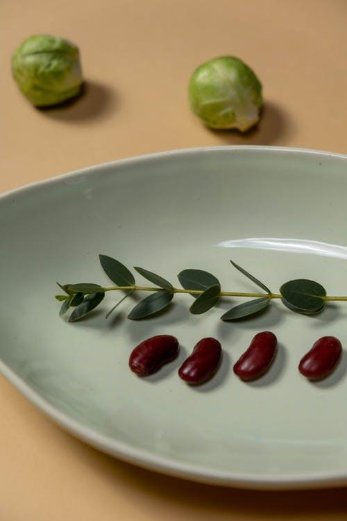 Бобы на тарелке