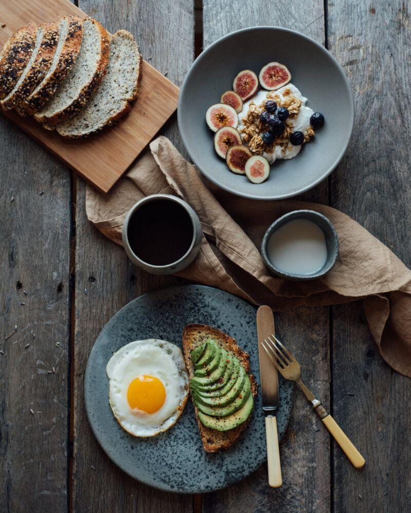 Яйцо и бутерброд в тарелке