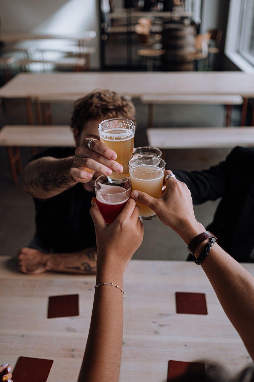 Компания распивает пиво