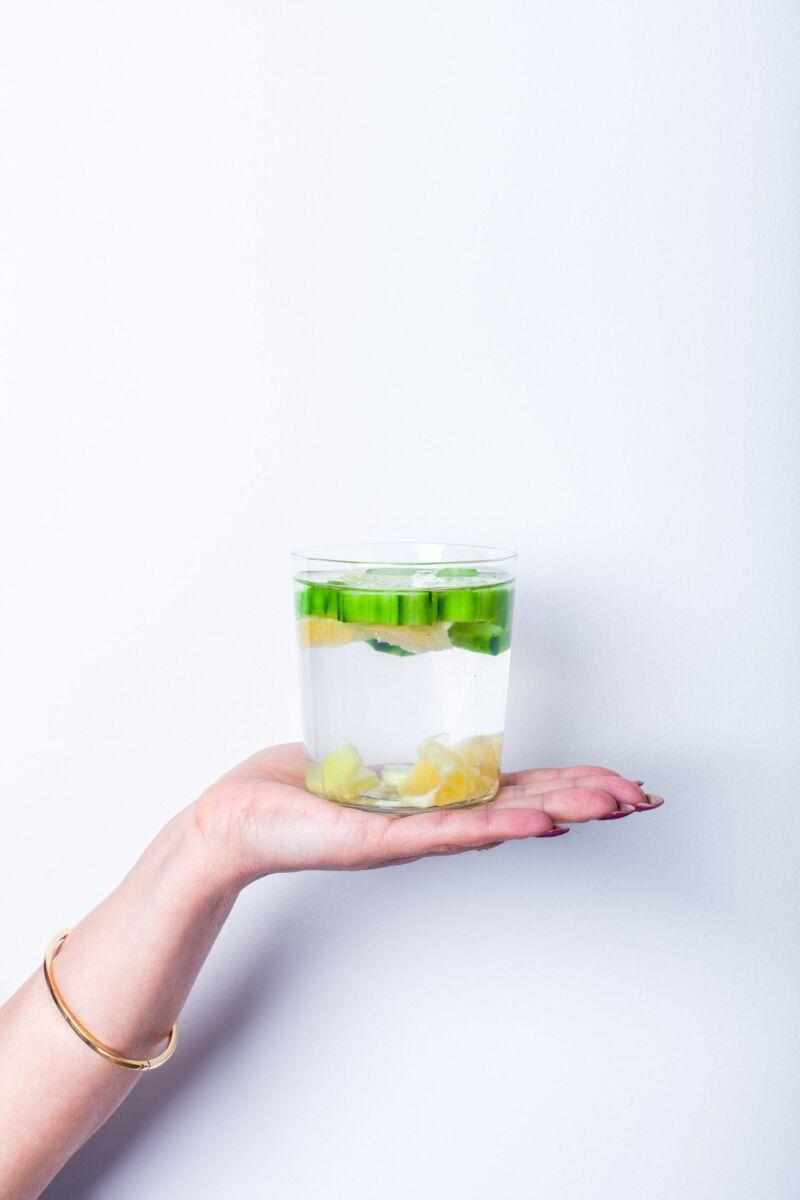 Стакан с детокс-водой в руке