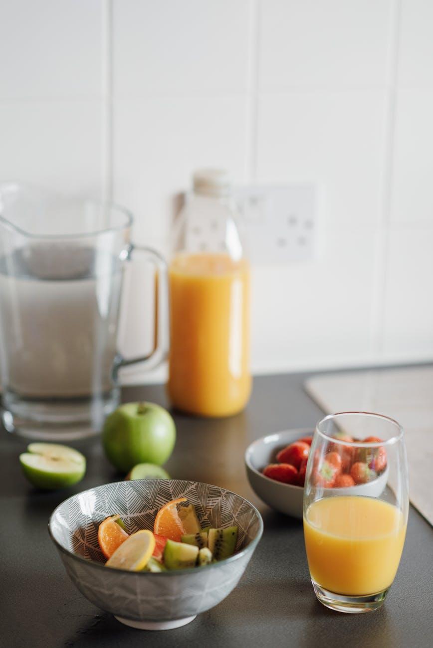 Фрукты и сок на столе