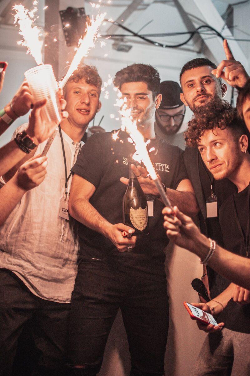 Мужики с алкоголем на вечеринке