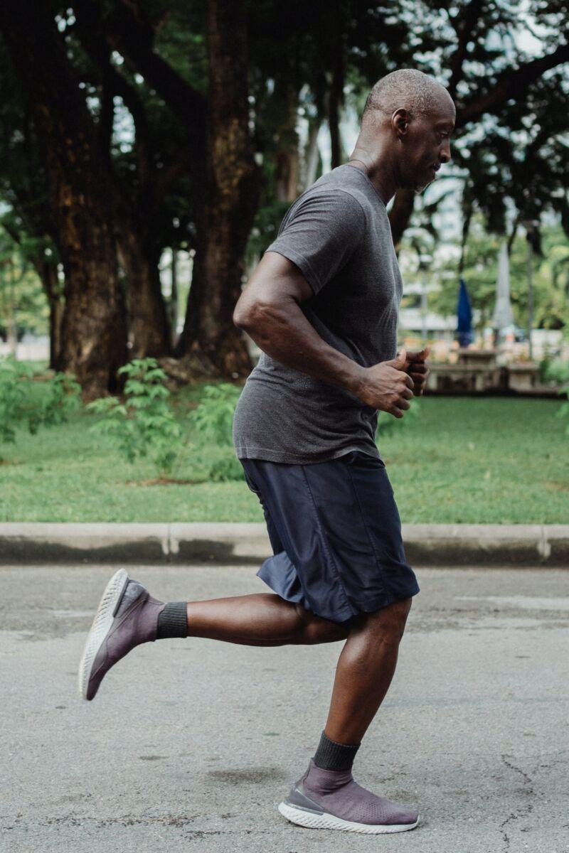Старый мужчина на пробежке