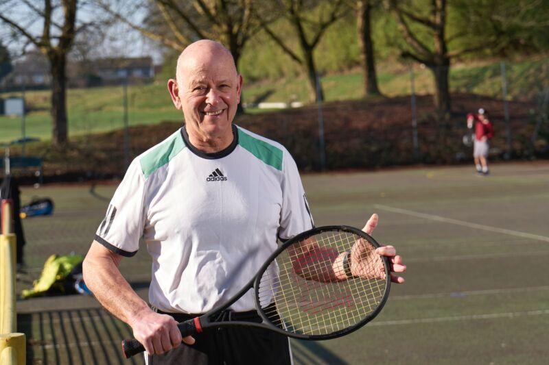 Старый мужчина с теннисной ракеткой