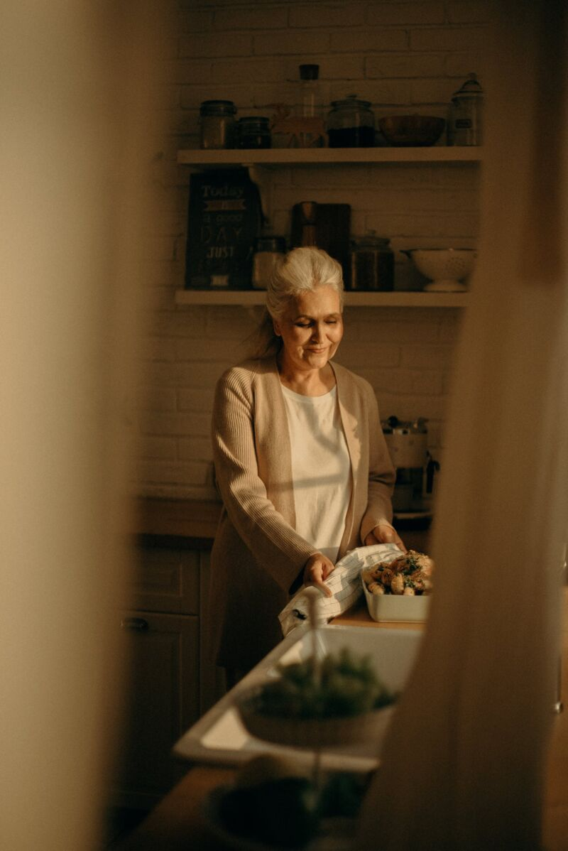 Старая женщина готовит кушать