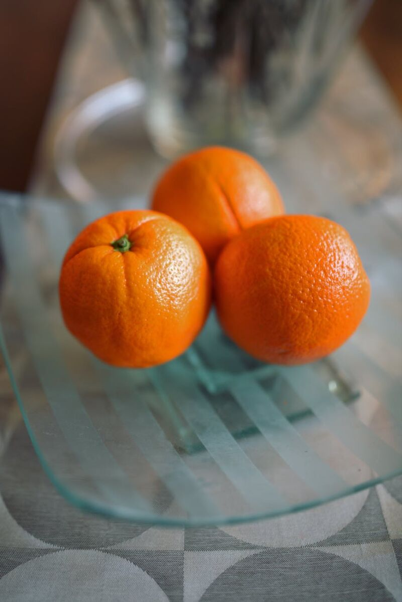 Апельсины на тарелке