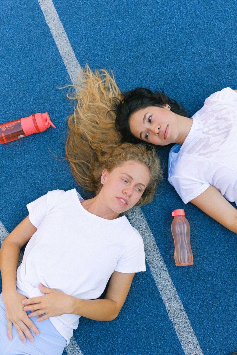 Уставшие девушки лежат на земле