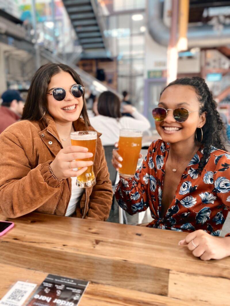 Две женщины пьют пиво