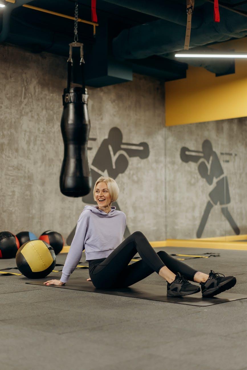 Женщина в спортзале