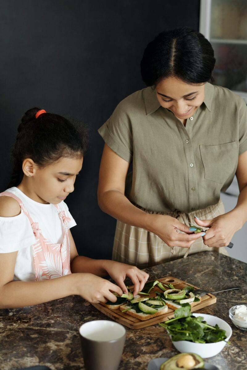 Мать и дочь делают бутерброды
