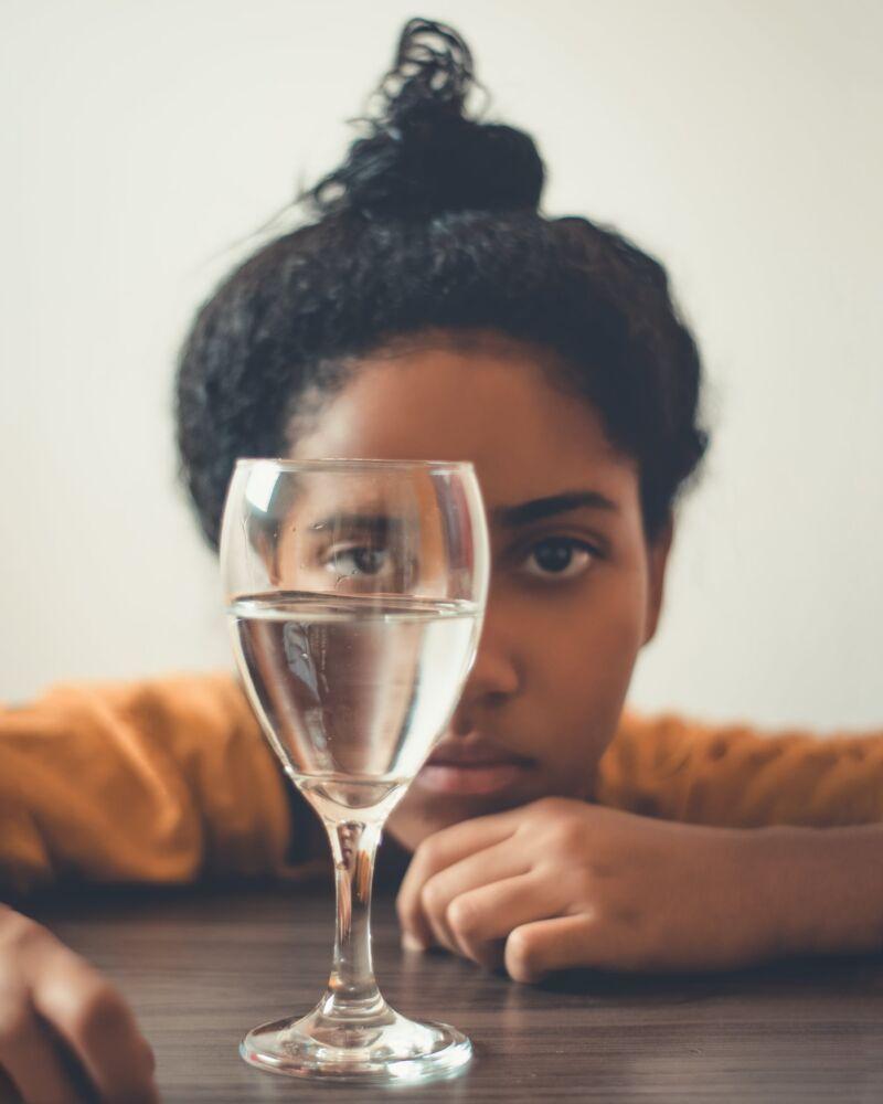 Женщина и бокал с водой