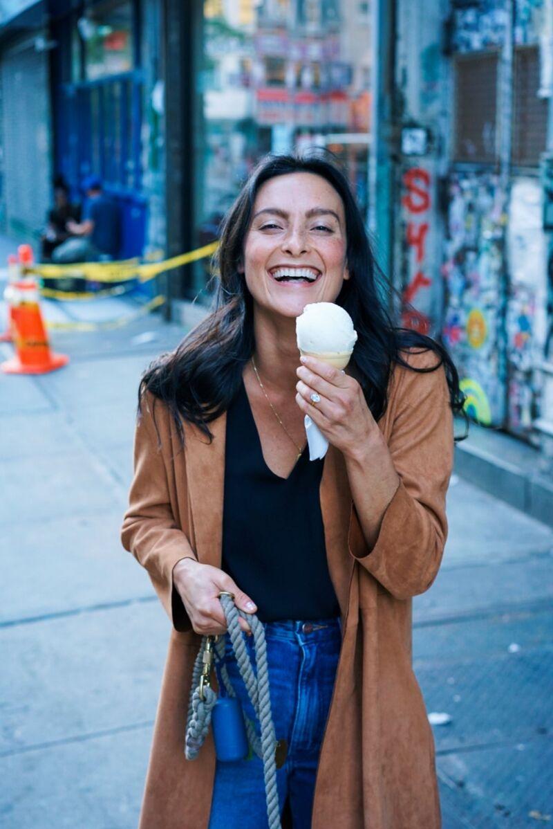 Женщина ест мороженное