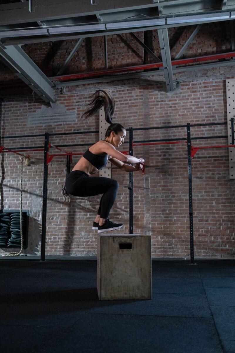 Женщина делает прыжки