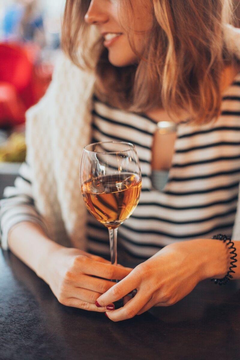 Женщина с бокалом вина
