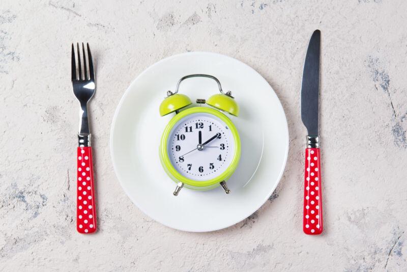 Тарелка с часами на столе