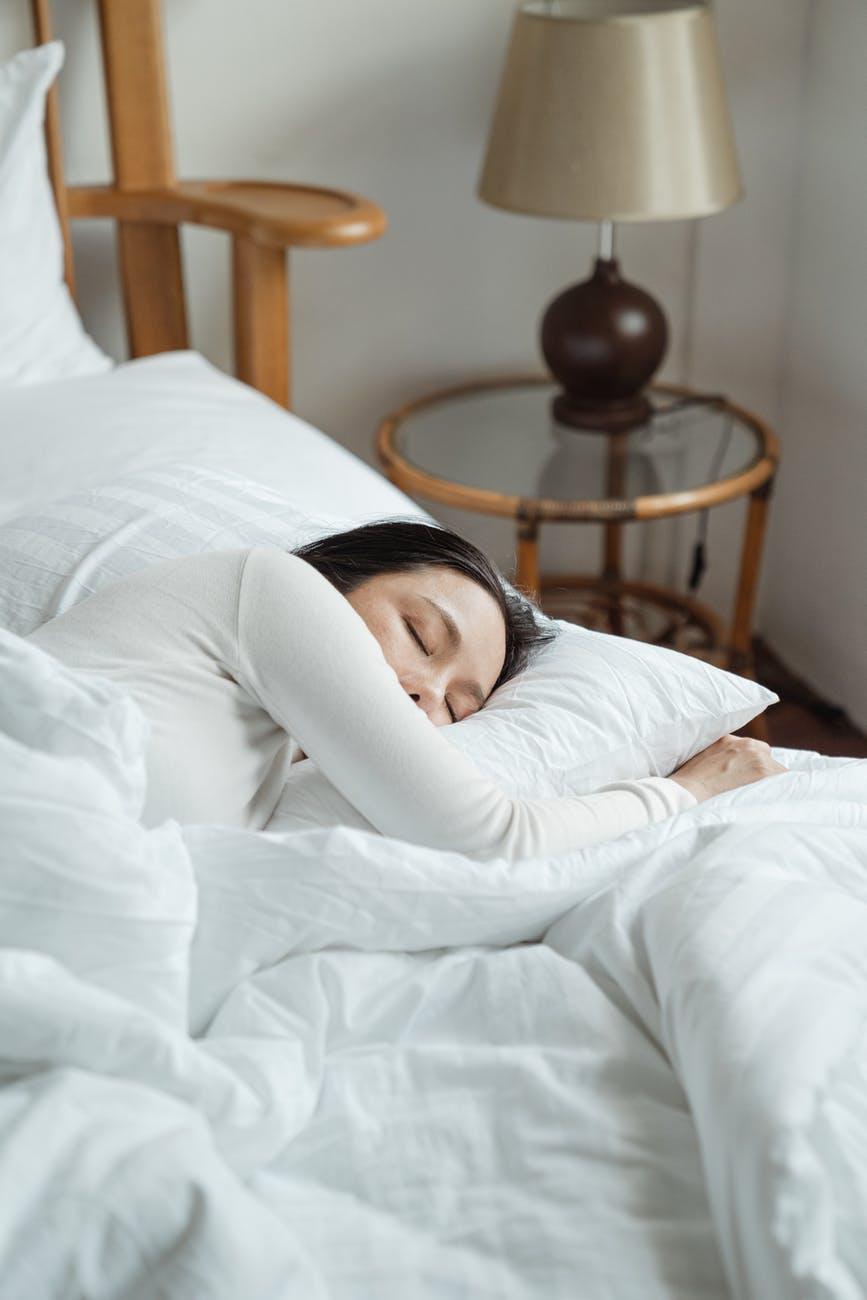 Женщина спит в кровати