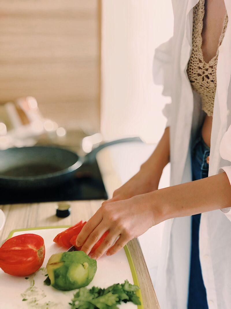 Женщина нарезает овощи