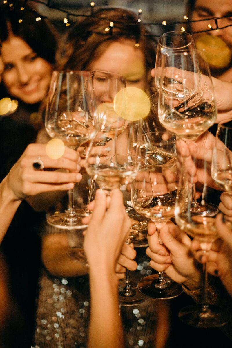Женщины на вечеринке пьют алкогольные напитки