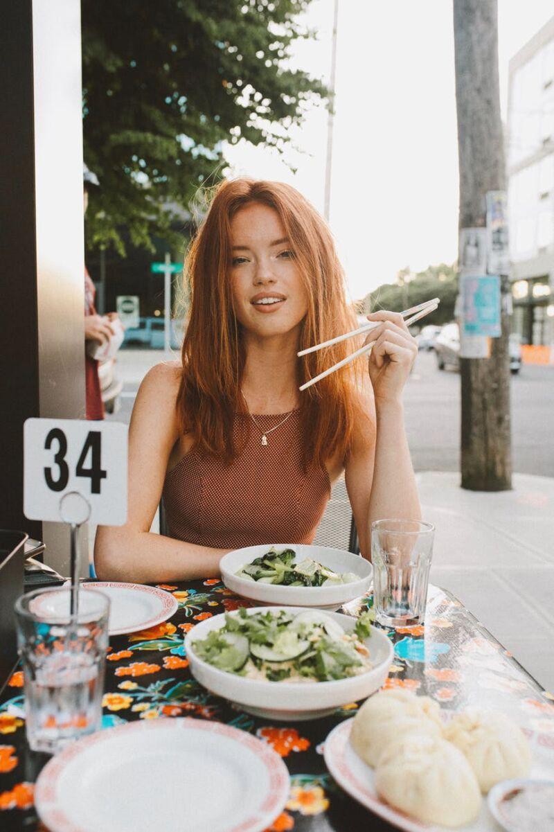 Женщина кушает салат