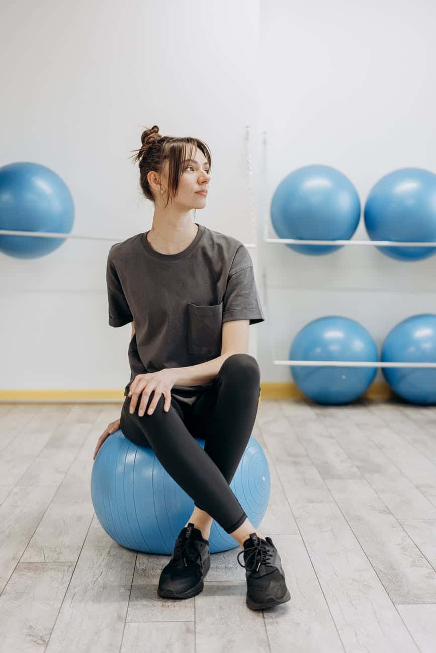 Женщина сидит на шаре