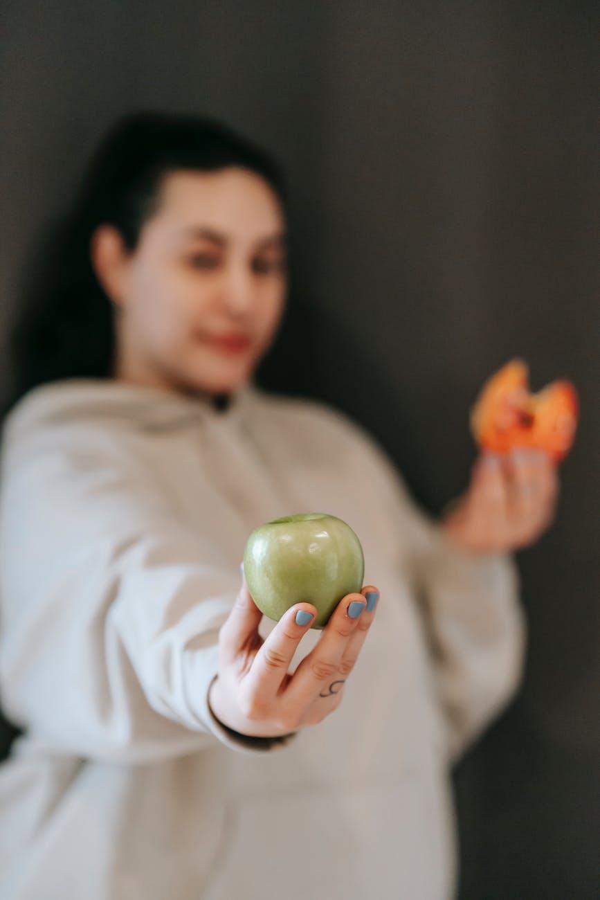 Женщина с яблоком и пончиком