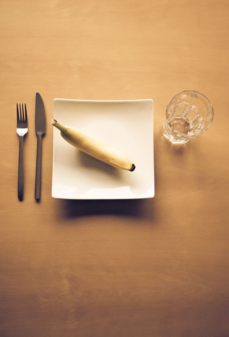 Банан на тарелке