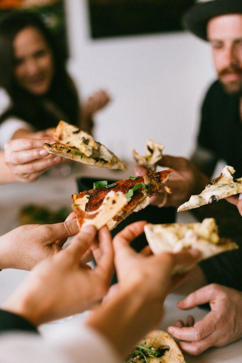Компания ест пиццу
