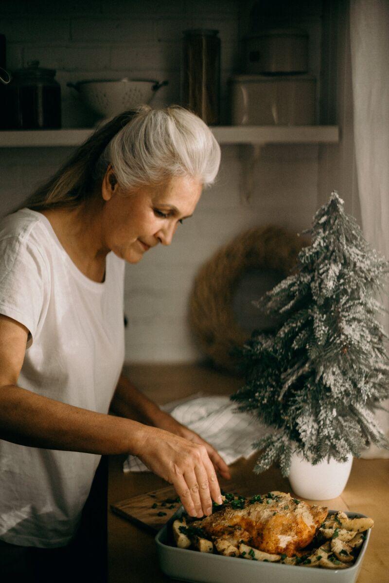 Старая женщина готовит еду