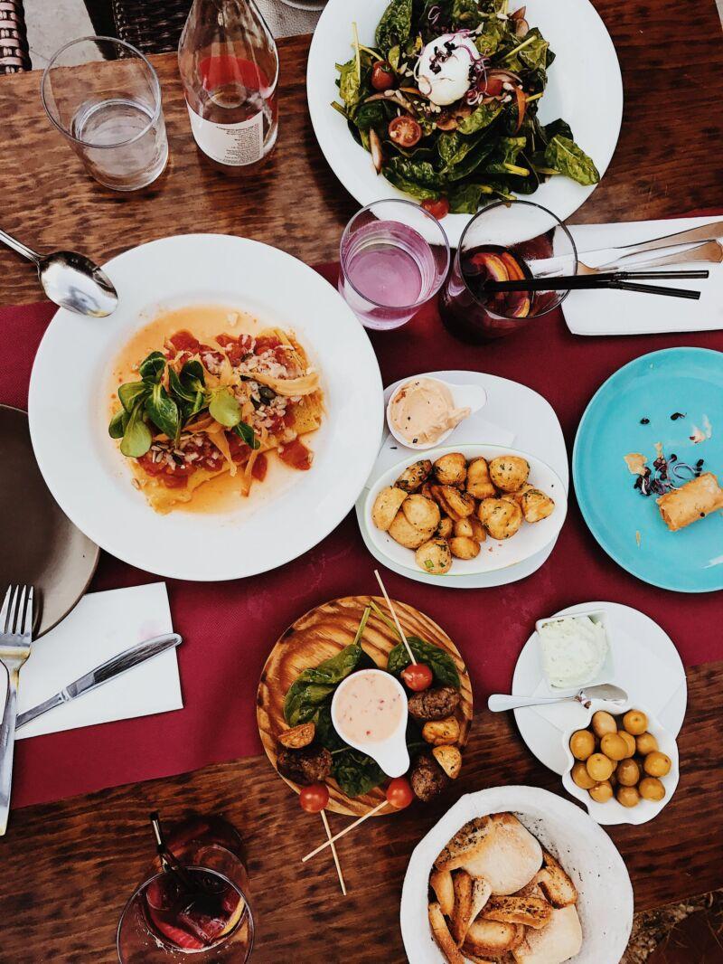 Тарелки разных размеров на столе